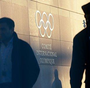 Олимпийский символ на здании штаб-квартиры Международного олимпийского комитета в Лозанне, где проходит заседание исполкома Международного олимпийского комитета, на котором обсуждается вопрос допуска российских спортсменов на зимние Олимпийские игры 2018 в южнокорейском Пхенчхане. Архивное фото