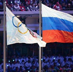 Флаги России и Олимпийских игр. Архивное фото