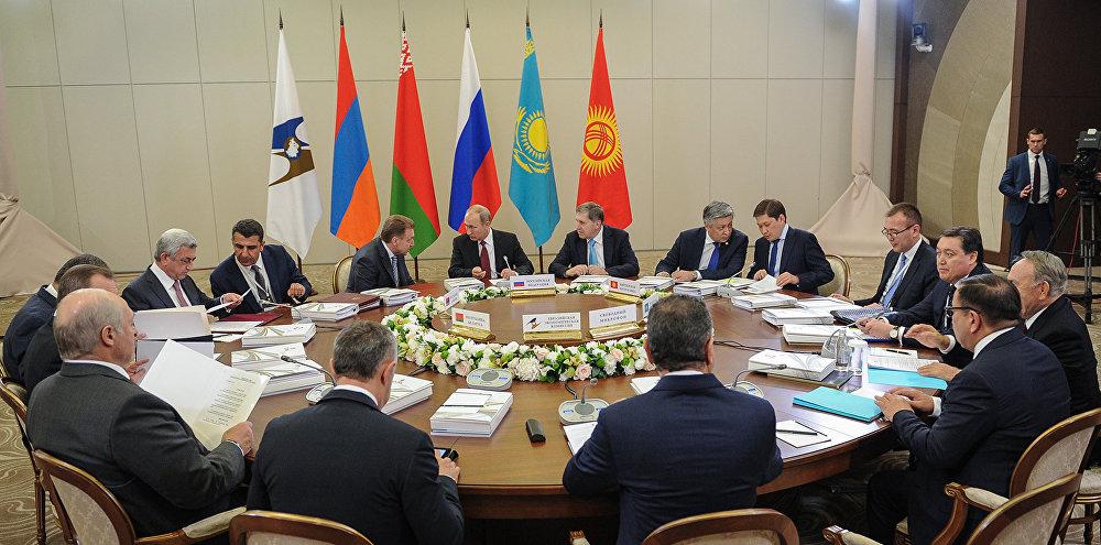 Исаков ЕАЭБге мүчө өлкөлөрдүн президенттери менен бирге Жогорку Евразия экономикалык кеңешинин жыйынына катышты. 11-октябрь