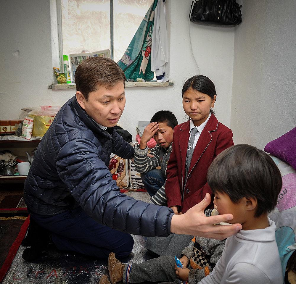 Премьер во время визита в Нарынскую область навестил Нуризу Кичинебатырову, которая одна воспитывает пятерых детей. Тогда он поручил оказать женщине материальную помощь