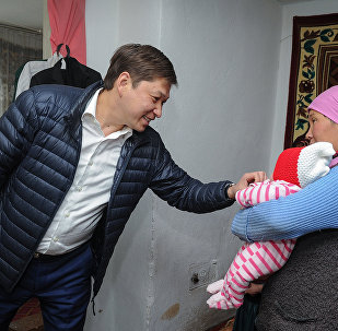 Архивное фото премьер-министра КР Сапара Исакова во время визита в Нарынскую область
