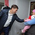 Соцсети умилялись фотографиям, как Исаков держит ребенка, гладит по голове мальчика и вытирает слезы еще одному малышу