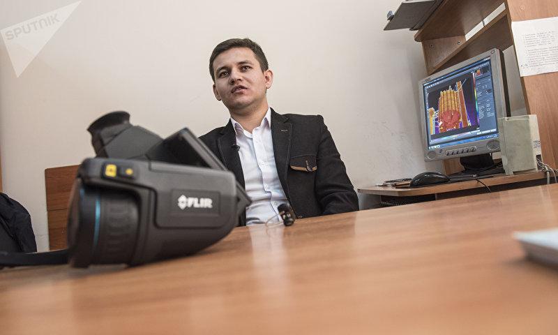 Инженер в национальном электрическом сети Кыргызстана Тимур Осмонбаев в кабинете