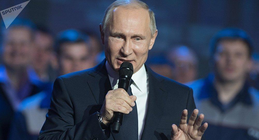резидент РФ Владимир Путин во время встречи с работниками Горьковского автомобильного завода в Нижнем Новгороде.