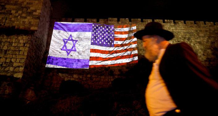 Иерусалим шаарындагы дубалга тартылган Израиль жана АКШ желектери. Архивдик сүрөт