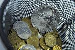 Сувенирная монета с логотипом криптовалюты биткойн с кыргызскими тыйынами. Архивное фото