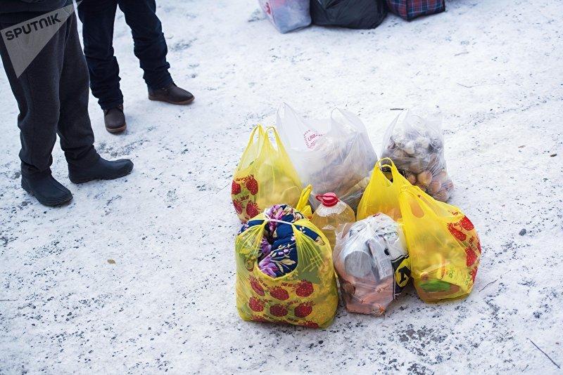 Пакетики с продуктами и вещами в женской исправительной колонии № 2 в селе Степное