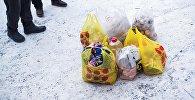 Пакетики с продуктами и вещами. Архивное фото