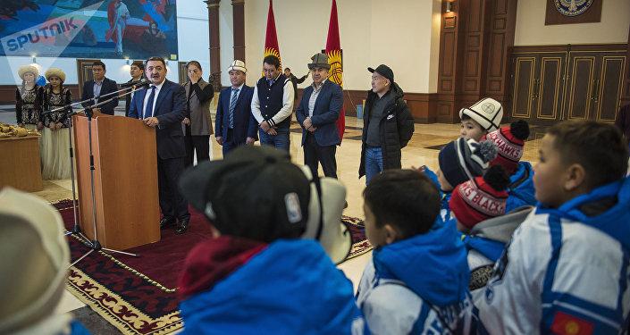 Мэр жаш хоккейчилерди жеңиши менен куттуктап, алар жыл соңунда Кыргызстанга чоң белек алып келишкенин белгиледи