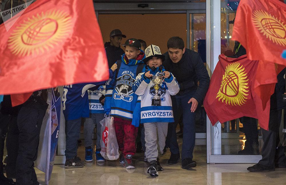 Детско-юношеская хоккейная команда Алга-Бишкек завоевала кубок Barrington Ice Arena в США. Кадры со встречи в аэропорту Манас.