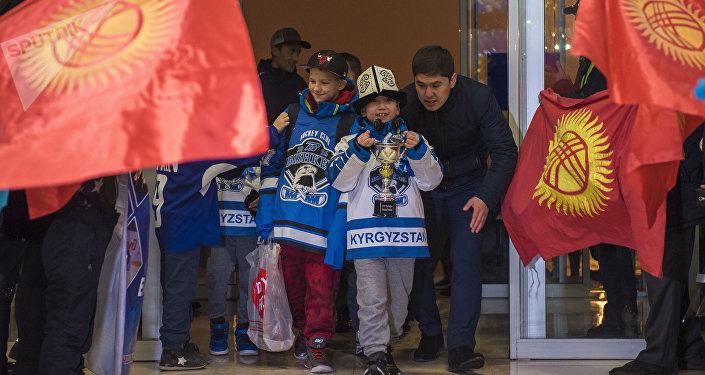 АКШнын Чикаго шаарында өткөн Barrington Ice Arena эл аралык кубогун багындырган Бишкектин хоккей боюнча Алга Бишкек юниорлор курама командасы бүгүн таңда Кыргызстанга учуп келишти