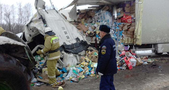 Столкнулись большегрузные автомобили Урал и Volvo. Погибли водитель и пассажир иномарки, пострадали женщина и четырехлетний ребенок — тоже кыргызстанцы.