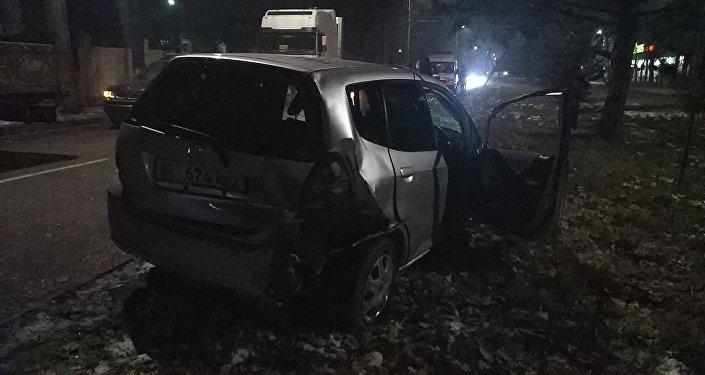 Бишкек шаарынын Чүй проспектиси менен Достоевский көчөлөрүнүн кесилишинде бейшембиден жумага караган түнү, саат экилер чамасында Toyota Chaser жана Honda Fit унаалары кагышкан