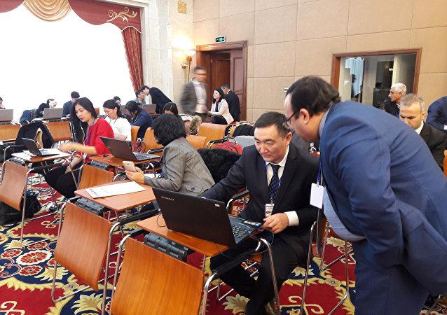 Журналисты перед началом седьмого заседание Парламентской ассамблеи тюркоязычных стран (ТюркПА) в Бишкеке