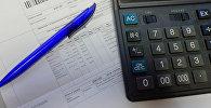 Калькулятор и квитанция на оплату. Архивное фото