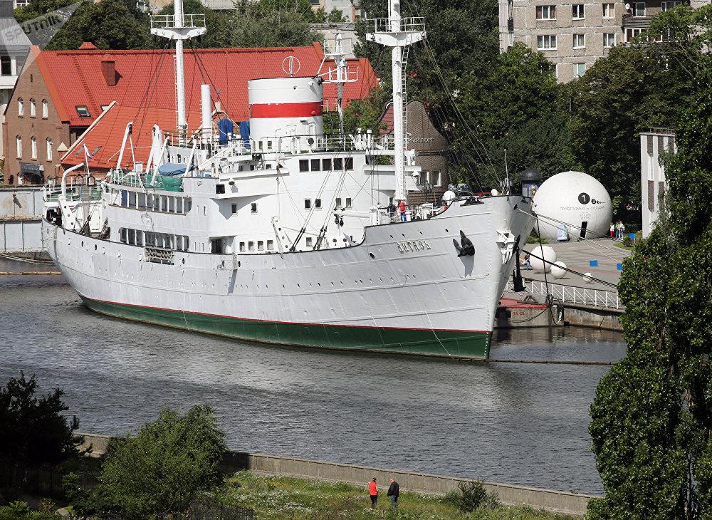 Главный экспонат Музея Мирового океана — научно-исследовательское судно Витязь. Корабль построили в Германии и спустили на воду в 1939 году