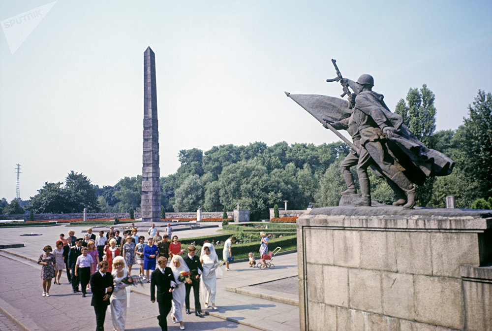 Памятник 1 200 гвардейцам — братская могила, мемориал воинов 11-й гвардейской армии, погибших при штурме Кенигсберга. Был открыт в сентябре 1945 года