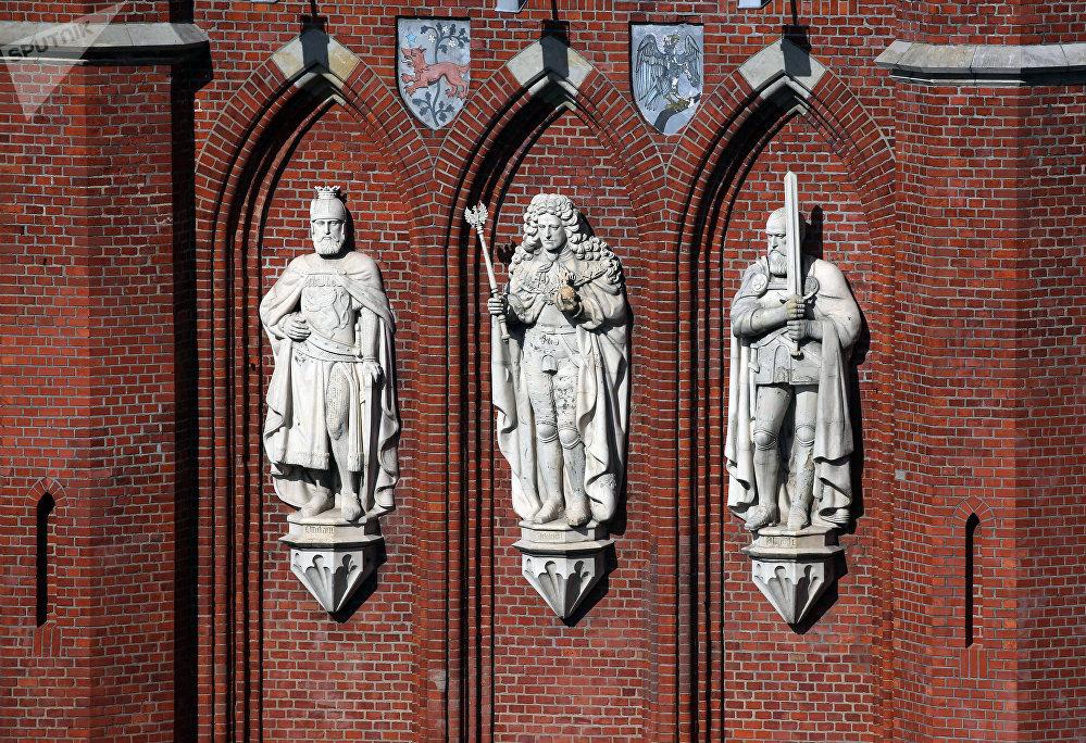 Ворота построены в середине XIX века. Они выполнены из кирпича и украшены горельефами, изображающими короля Чехии Отакара II, короля Пруссии Фридриха I и герцога Пруссии Альбрехта I.