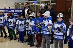 Ата сыймыгы! Кыргыз эли кубок кучактап келген жаш хоккейчилерди кантип тосуп алды