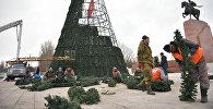 Установка главной новогодней елки в Бишкеке. Архивное фото