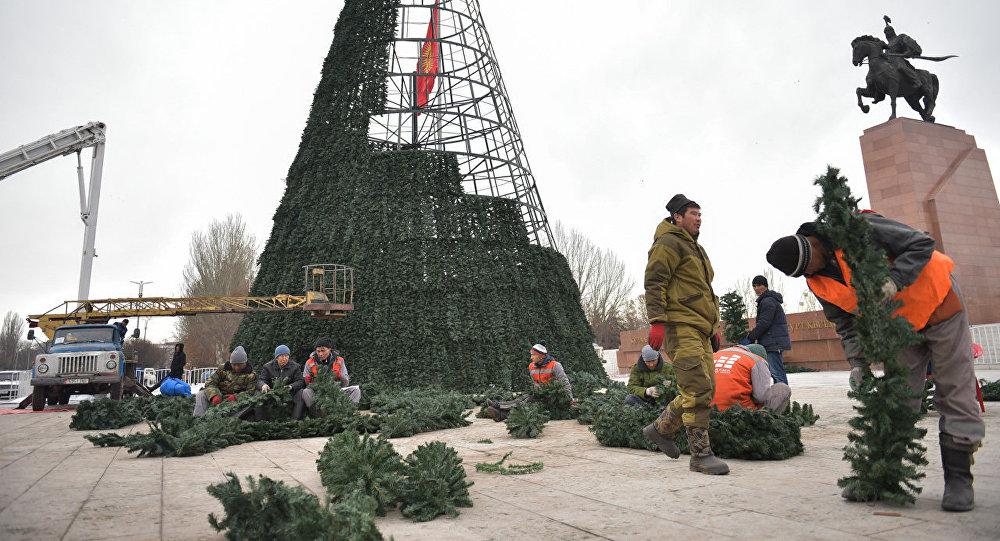 На площади Ала-Тоо сотрудниками городских служб ведется работа по установке и оформлению главной елки страны