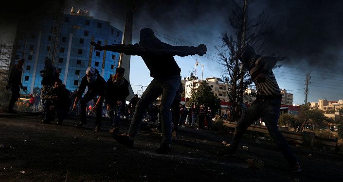 Палестинские демонстранты во время столкновений с израильскими войскаминедалеко от города Рамаллах на Западном берегу Палестины. Архивное фото
