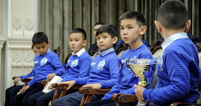 Премьер-министр Сапар Исаков встретился с хоккейной командой Алга Бишкек