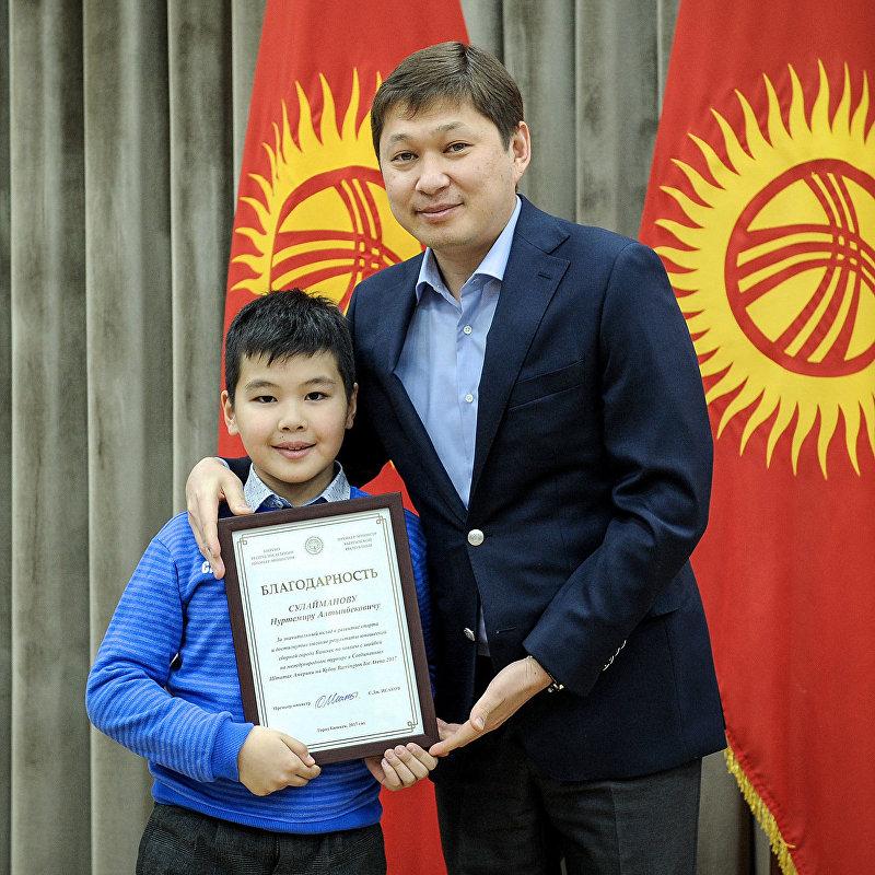 В Доме правительства Кыргызской Республики Премьер-министр Сапар Исаков встретился с юношеской сборной командой города Бишкек по хоккею с шайбой Алга Бишкек, завоевавшей первое место на Международном турнире Barrington Ice Arena, который проходил в США.