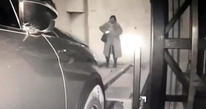 Кытайлык кыз телефондон көз албай баратып адашып кетти. Видео