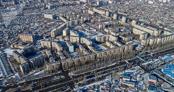 Вид с высоты птичьего полета на один из самых больших и густонаселенных микрорайонов Бишкека Восток-5. Архивное фото
