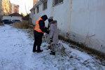 Столичные школьники провели благотворительную акцию и помогли работникам муниципального предприятия Тазалык в уборке территории.