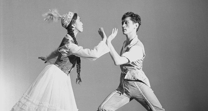 Кыргыз балетинин ийгилиги жана жетишкендиги атактуу балетмейстер, таланттуу бийчи Уран Сарбагышевдин архивдик сүрөтү