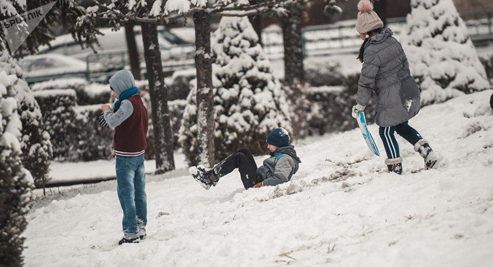 Дети играют в снежки. Архивное фото