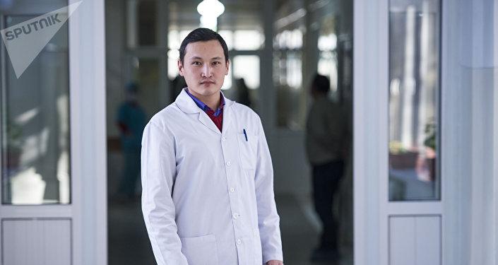 Хирург в отделении сердечно сосудистой хирургии Национального госпиталя Эльзар Токтоназаров
