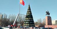 Установка главной новогодней елки Кыргызстана на площади Ала-Тоо в Бишкеке