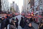 Полицейские и пожарные на месте взрыва в центре Манхэттена в Нью-Йорке, США 11 декабря 2017