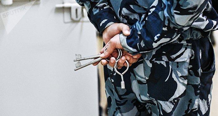 Сотрудник ГСИН с ключами. Архивное фото