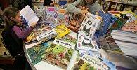 Посетители на международной ярмарке книг. Архивное фото