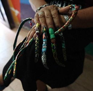 Колумбийка не стригла ногти 7 лет — видео
