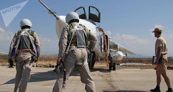 Российские летчики перед полетом у самолета Су-24 на авиабазе Хмеймим в Сирии. Архивное фото