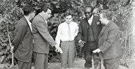 Кенийский книгоиздатель Ной Семпира во время посещения совхоза Кегеты