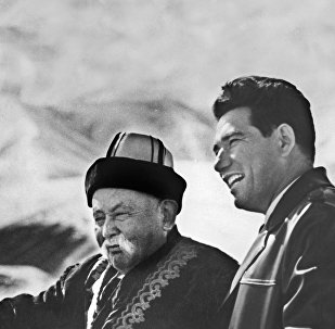 Кыргызский писатель, герой Кыргызской Республики Чингиз Айтматов и манасчи Саякбай Каралаев