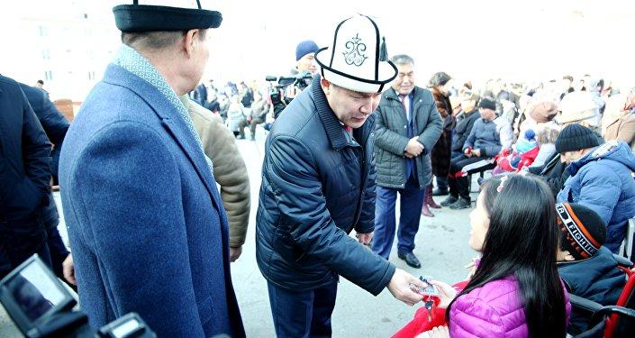 Ачкыч тапшыруу аземине вице-премьер Дайыр Кенекеев, шаар башчысы Айтмамат Кадырбаев катышып, ден соолугу жагынан мүмкүнчүлүгү чектелген мекендештерге колдоо көрсөтүү маанилүү экени айтылды