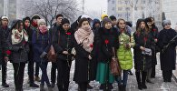 В день рождения Чингиза Айтматова, 12 декабря, молодежные активисты и сотрудники фонда Евразийцы — новая волна почтили память писателя, возложив цветы к его памятнику на площади Ала-Тоо в Бишкеке