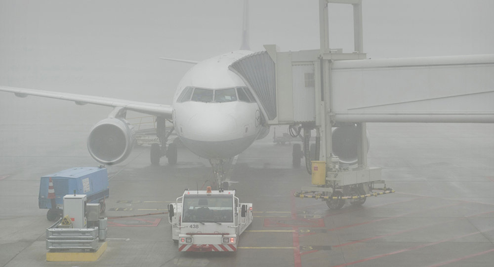 Самолет в аэропорту под сильным туманом. Архивное фото