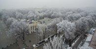 Вид с высоты на кинотеатр Ала-Тоо во время тумана в центре Бишкека