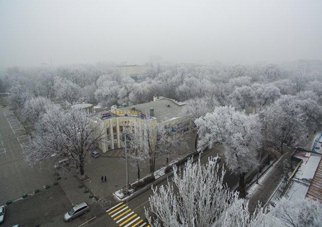 Вид с высоты на кинотеатр Ала-Тоо во время тумана в центре Бишкека. Архивное фото