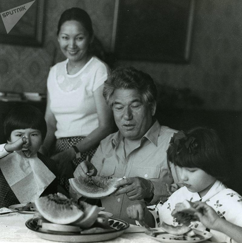 Кыргызский писатель, герой Кыргызской Республики Чингиз Айтматов с семьей за столом