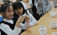 Ученики в школьной столовой. Архивное фото