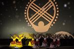 Девушки в национальных костюмах на торжественном открытии VII Международного кинофестиваля Кыргызстан — страна короткометражных фильмов в Бишкеке